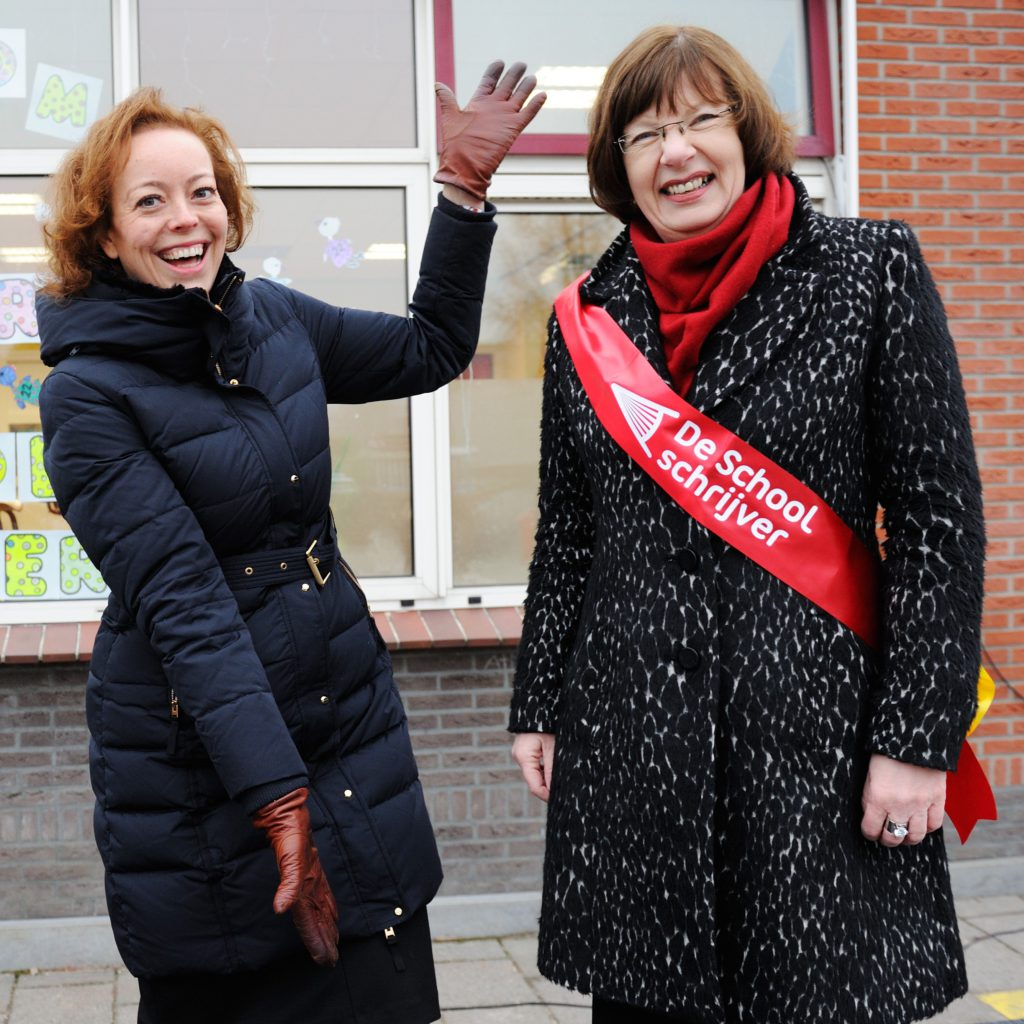 Gedeputeerde Provinciale Staten Fryslân Sietske Poepjes huldigt Lida Dijksta in.