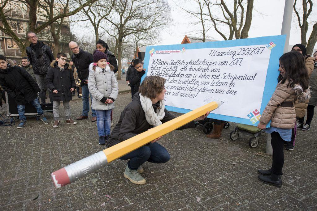 Maren Stoffels ondertekent het contract met De Viet Windstreken in Amsterdam - foto Chris van Houts.